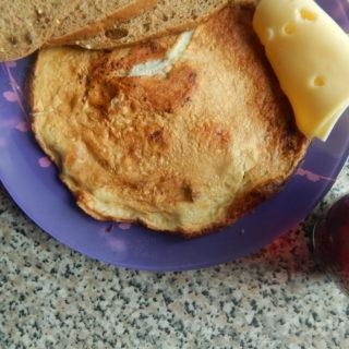 <ol><li>1 яйцо + 3 белка</li><li>Кусочек сыра</li> <li>3 ломтика хлеба грубого помола</li> <li>Сладкий чай с лимоном</li> <li>Комплекс мультивитаминов</li> </ol>
