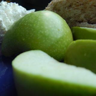 <ol> <li>Обезжиренный творог (250гр)</li> <li>Булочка с отрубями</li> <li>Зеленое яблоко</li> </ol>