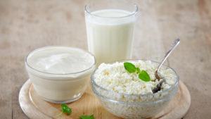 Молоко с жирностью меньше 6%, обезжиренный творог, кефир с маленьким процентом жирности